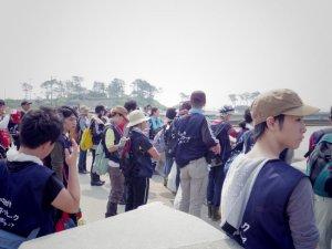 途中お伊勢浜で菅原理事長から震災時の海岸の様子や巨大防潮堤の説明を受ける