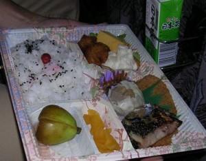 報徳庵作製の夕食弁当。デザートのイチジクのコンポートが美味しかった